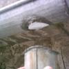 Zaradi dotrajanega lota je odpadla vertikalna odvodna cev žleba